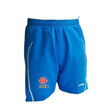 blaue Shorts mit Fahne