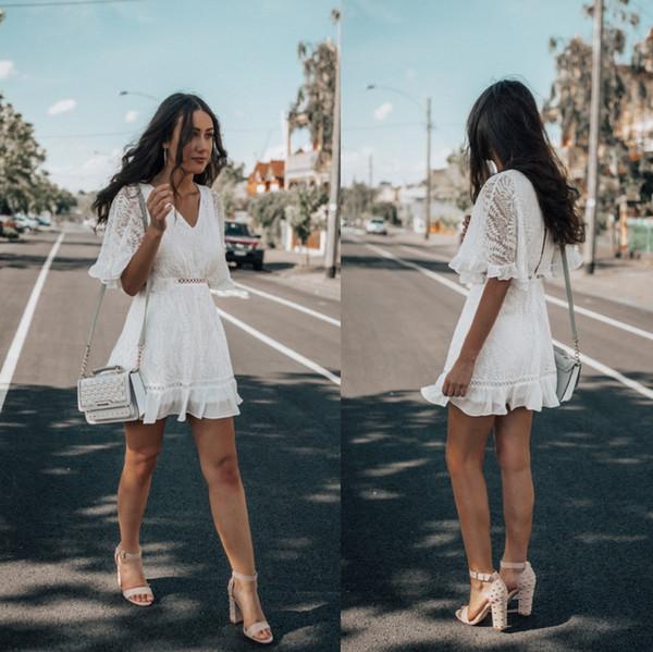 Nuevo vestido de fiesta corto de encaje blanco de Arrval Media manga moderna Cuello en V Una línea Chicas Homecoming Vestidos de cóctel baratos FS8203