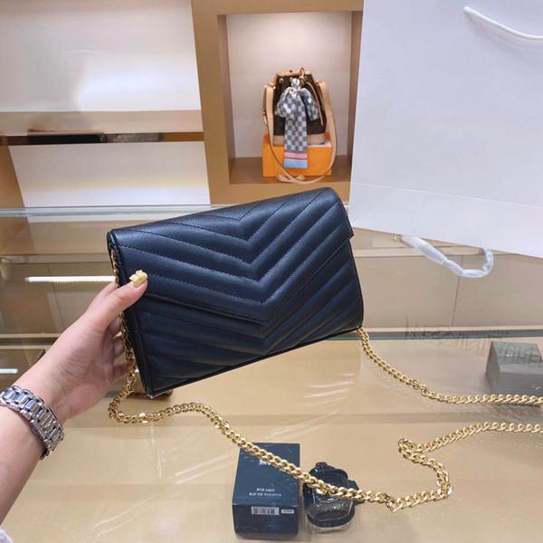 حقيبة سوداء مع شعار الذهب