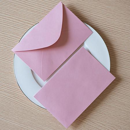Mit rosa Umschlag