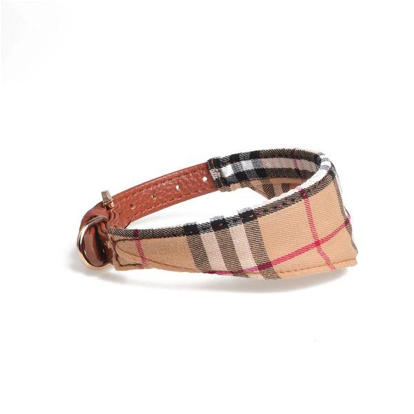 베이지 색 삼각형 스카프
