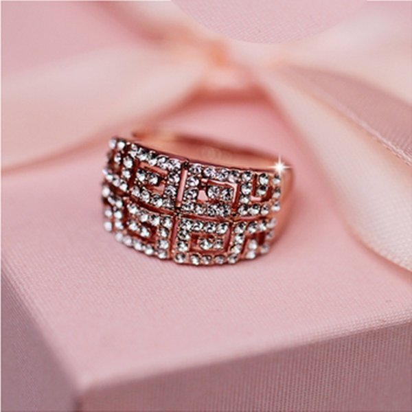 Europe and the United States retro hipster domineering custom fashion wild crystal rose gold ring ring bride wedding engagement ring