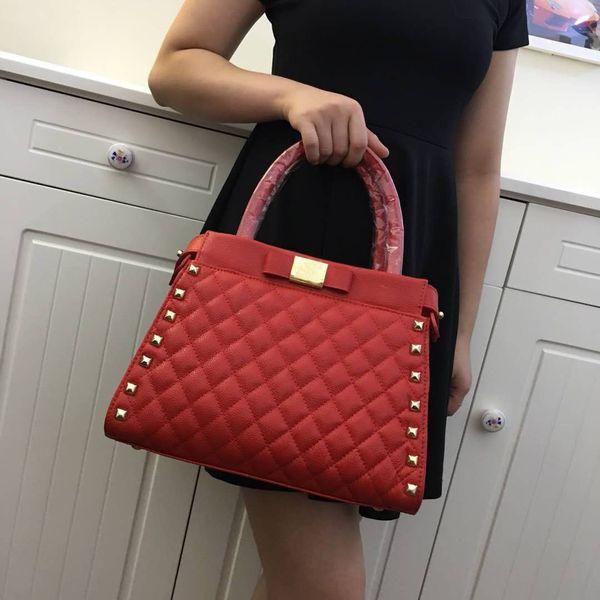 Высококачественная женская сумка на плечо с заклепками и пледом