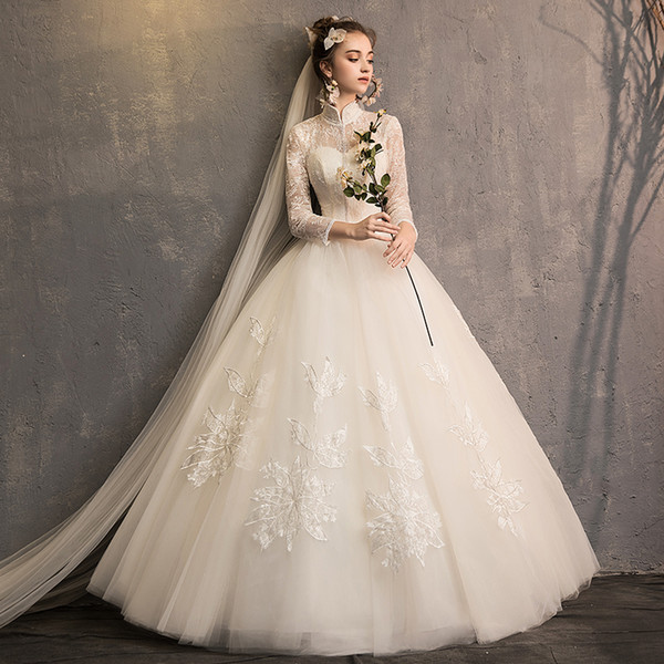 A new French bride with long sleeves in retro style leads the wedding dress of Hepburn court