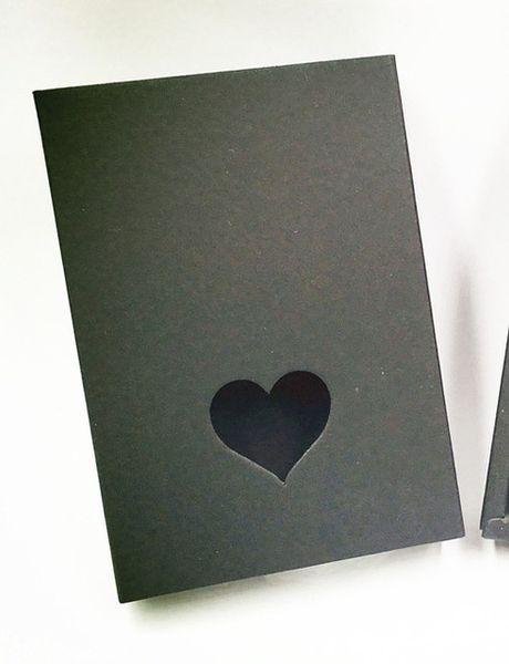 Color: Negro con corazón.