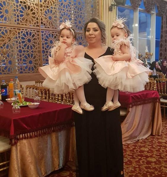 2019 schöne rosa Blumenmädchenkleider Feder Tiered Ballkleid Kinder Abendkleid Erstkommunion mit großen Bogen Mädchen Pageant Kleid
