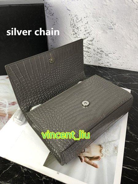 gris con cadena de plata