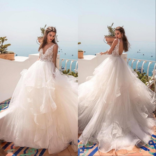 2019 Modest V Neck Backless Wedding Dresses Lace Applique Floor Length Tired Tulle Custom Made Beach Bridal Gowns