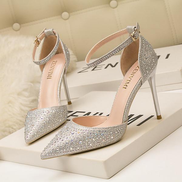 Die Designerinnen der Modemarke 2019 kleiden Schuhe mit funkelnden Strasssteinen mit hohen Absätzen, hohen Absätzen, flachen Schlitzen und spitzen Zehen