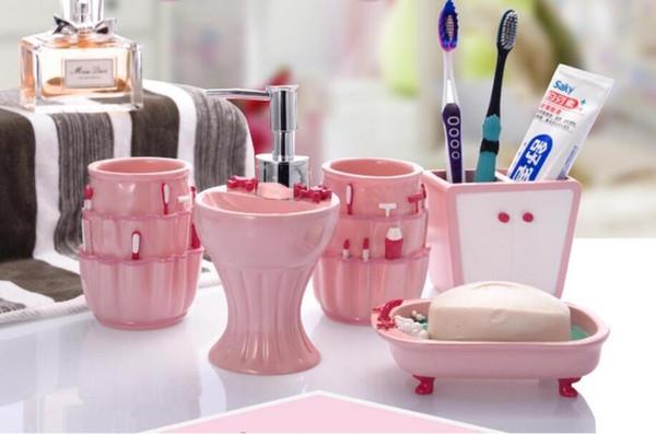 forme de fleur 22 Accessoires de salle de bains en céramique élégante 5 Pièces 1 bouteille de bain ensembles savon + 1 porte-savon + support + 1toothbrush 2 tasses de couleur blanche