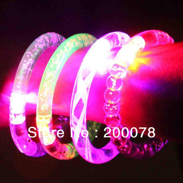 Al por mayor-20pcs pulseras de la luz del flash de la manera LED parpadeante flash decoración de neón que cambia de color partido de la pulsera + Freeshipping