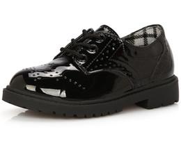 Venta al por mayor-2015 ¡Venta caliente! Zapatos de cuero masculinos del niño japanned vestido formal del niño niños holgazán niños femeninos zapatos casuales blancos negros desde fabricantes