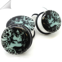 2pcs Starlight / lot Negro Acrílico Glow In The Ear Dark Skull individual evasé Medidores enchufes, silla Fit enchufes Piercing Joyería