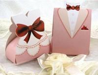 kutu gemi gelinlik toptan satış-100 Adet Pembe Şeker Kutuları Smokin Elbise Kıyafeti Düğün Hediye Şeker Iyilik Kutusu Parti Malzemeleri Ücretsiz kargo