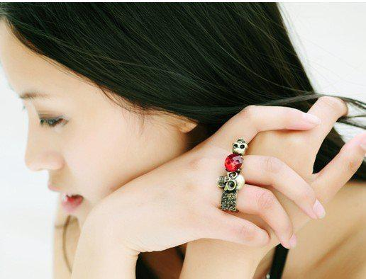 Neuer Ankunfts-Weinlese-roter Edelstein schellt Persönlichkeitsrubin Schädelblumen-Doppelring bester verkaufender