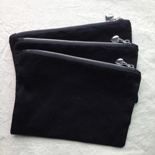 검은 색과 은색의 지퍼가 달린 검은 색