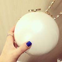 bolsas de perlas negras al por mayor-Logo de lujo Bolso de hombro de acrílico patrón clásico forma de perla Bolso de mujer blanco negro 2 color maquillaje bolsa de acrílico Forma de perla