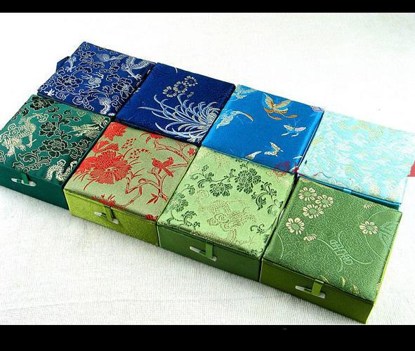 Boîte de cadeau de bracelet en coton rempli en gros taille 4x4x1.8 pouces 48pcs / lot tissu de soie couleur de mélange