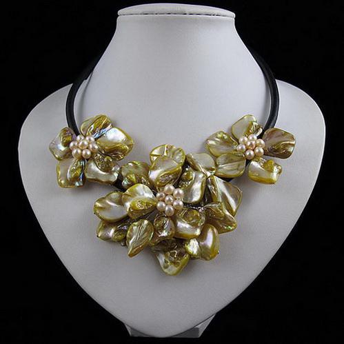 Collier de fleurs jaunes coquille naturelle faite avec un collier de perles d'eau douce 10pcs / lot A1898