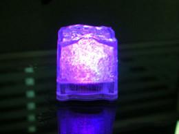 plumas de pavo teñidas Rebajas Cubo de cristal romántico del color del flash de la luz 4 de los cubos de hielo del LED para la boda 12pcs del partido del día de tarjeta del día de San Valentín