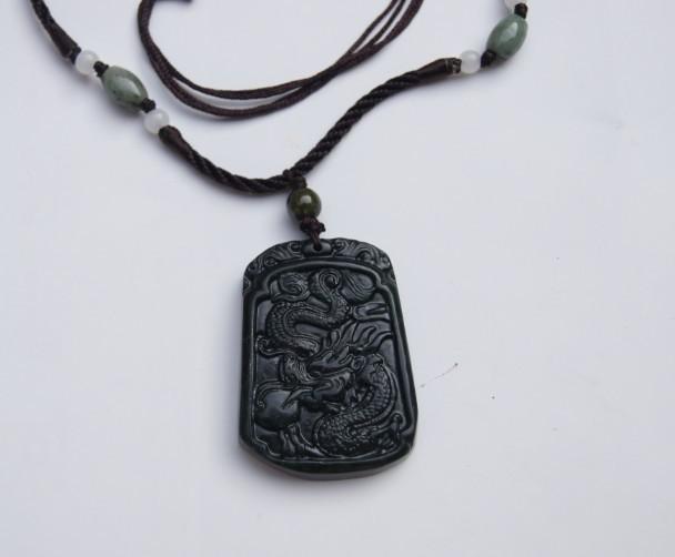 Colgante de amuleto de jade negro natural Dragones .2012 es el año del dragón.