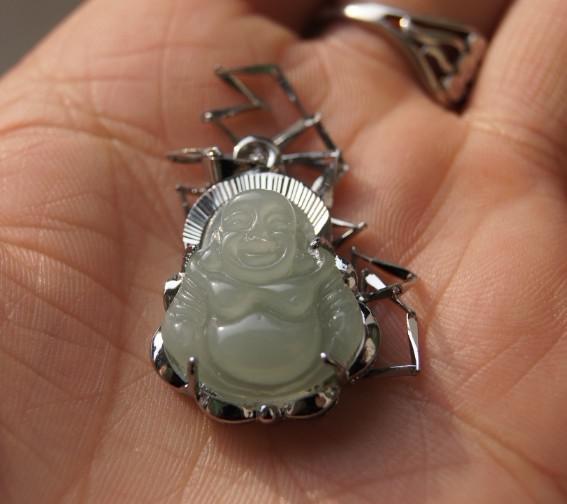Darmowa Wysyłka - Piękny alloy inkrustowany wisiorek, ręcznie rzeźbione naturalne światło białe jade buddha amulet, szczęście naszyjnik wisiorek.