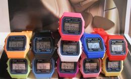 2019 мужчины женщины дети смотреть Классические спортивные часы Мужчины Женщины Детский F-91W Спортивные часы F91 13цветные тонкие многоцветные светодиодные часы-будильник 12 шт. / Лот T88 дешево мужчины женщины дети смотреть