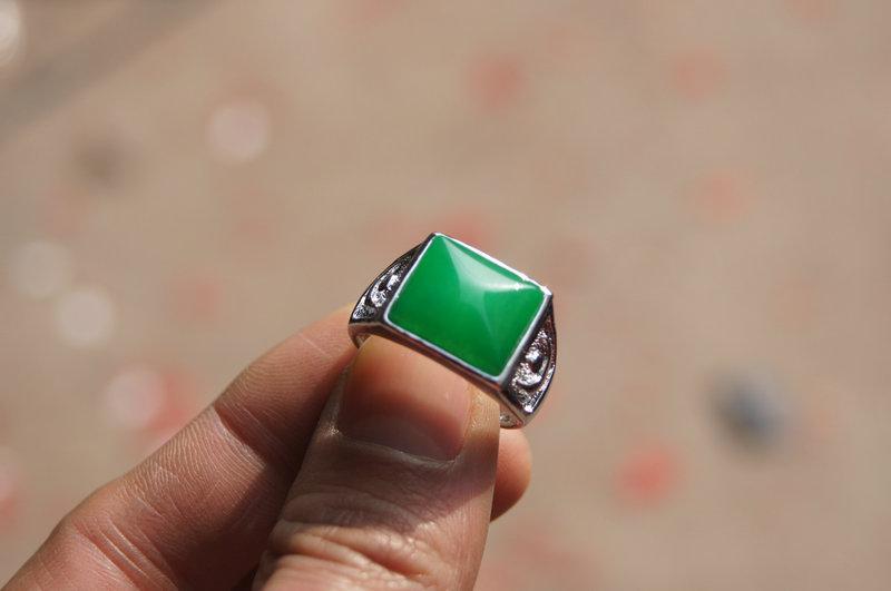 Бесплатная доставка-природный изумруд кольцо. Зеленая поверхность кольца нефрита квадратная. Удачный мужской выбор.