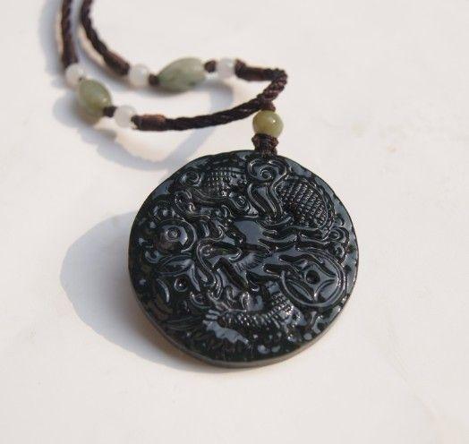Jade vert foncé naturel. Pendentif amulette. Argent rond Long .2012 Année du dragon