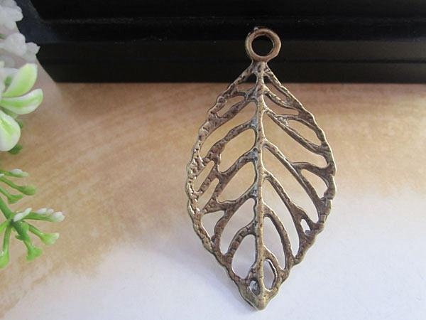 Antique Bronze Leaf Charm / Wisiorek Do Tworzenia Biżuterii 26mmx44mm 40 sztuk / partia