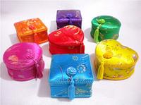 cajas de maquillaje chino al por mayor-Artesanías Borla de Encaje Decorativo Caja de Regalo Del Banquete de Boda Caja de Almacenamiento de Caramelo de Chocolate Brocado de Seda China Maquillaje de Joyería Cajas de Embalaje