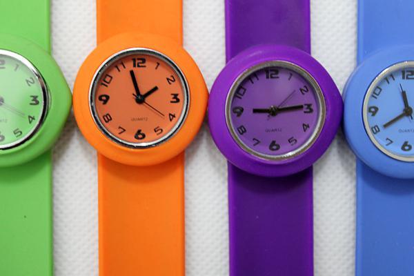 Größen-Klapsuhrmehrfarbenkinderquarz-Uhrgeschenksommerart und weiseuhren des freien Verschiffens geben Verschiffen frei DHL-freies Verschiffen