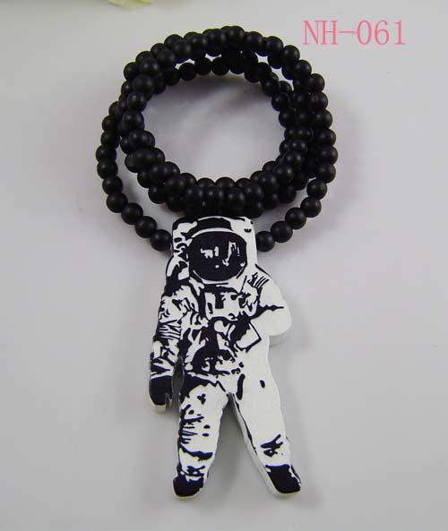 Goede hout hiphop 10 stks goede kwaliteit mode hout astronaut hanger houten kraal rozenkrans kettingen