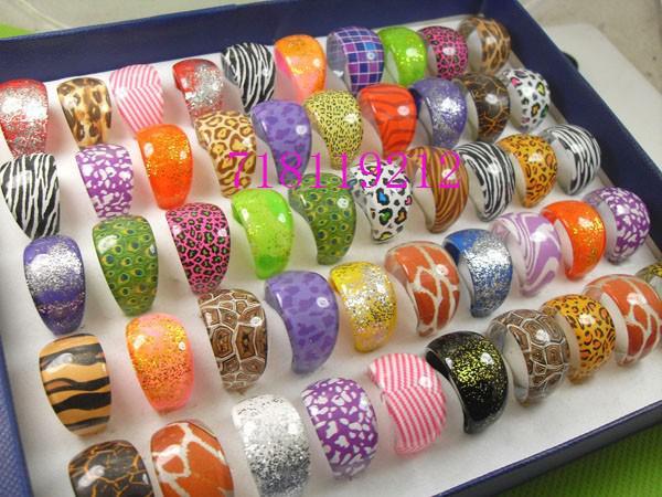 100 반지 혼합 된 패션 남성 여성 반짝 수지 반지 도매 귀여운 사랑스러운 쥬얼리 작업을 많이