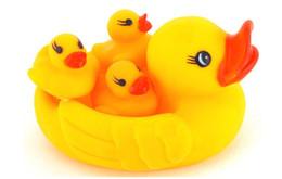 Mummia all'ingrosso e Gomma Gomma Cute Anatre Famiglia Squeaky Bath Toys per bambini Set da spazzole di pulizia dei tipi fornitori