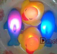 bebek ördek örtüsü yanıp sönüyor toptan satış-Bebek Banyo Banyo Komik Yanıp Sönen LED Ördek Oyuncak Kauçuk 10 adet / grup