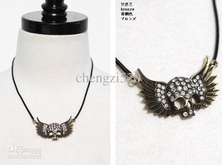 Flügel-Schädel voll von Diamanthalsketten von Schlüsselbein