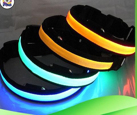 Mais novo Pet Dog Safety Collar LED Light-up Piscando Brilho no colar escuro Coleiras frete grátis