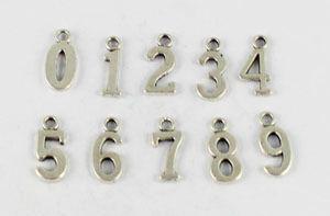 80 piezas colgantes de dijes surtidos de plata / oro / bronce tibetanos