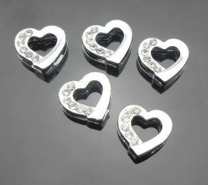 100 unids / lote 8 mm medio rhinestones encantos de la diapositiva del corazón de plata aptos para 8mm diy pulsera de cuero pulsera DIY resultados de la joyería