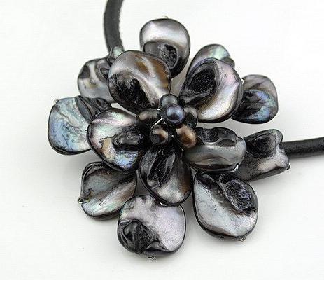 Chegam novas Incrível Mar Negro Shell Couro Pérola Colar Moda Shell Flor Jóias Navio Livre