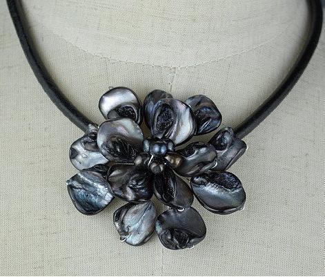 Ny anländer fantastiskt svart havsskal pärla läder halsband mode skal blomma smycken gratis skepp