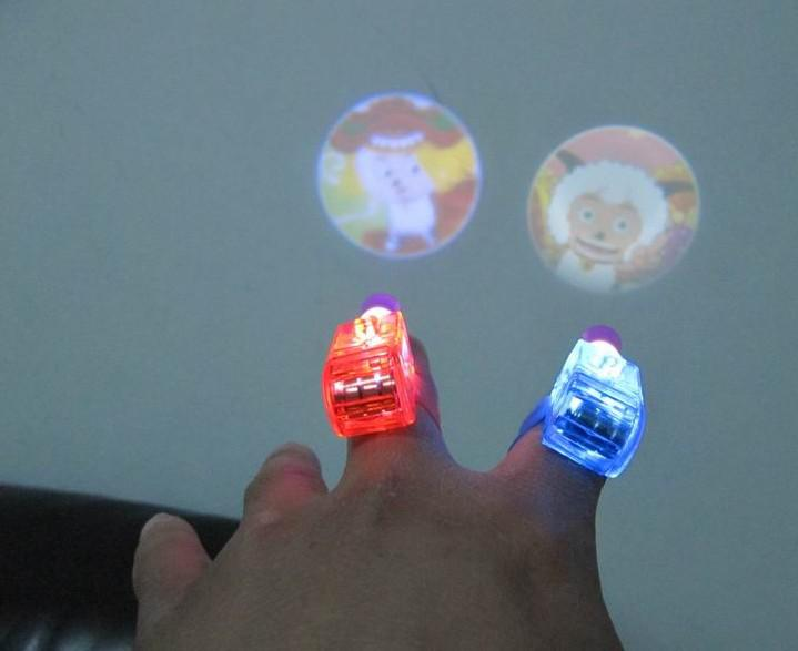 100pcs 만화 LED 프로젝터 램프 LED 레이저 손가락 빛 반지 반지 토치 크리스마스 파티 디스코 광선