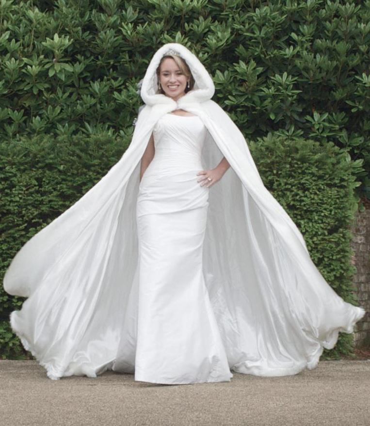 2018 New Arrival Customer Made White Winter Gorgeous Russia Wedding Dresses For Bridal Cape Wraps WDC007