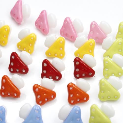 Champignons de couleur mélangée de petits enfants bouton couture bon outil gratuite