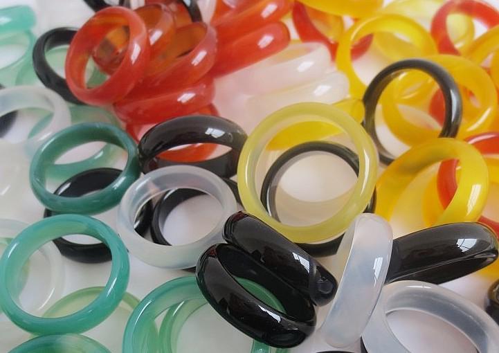 Verarbeitung von preiswerten Aktien 50pcs Bunte natürliche Achat Ring 6MM Achat Edelstein Ring