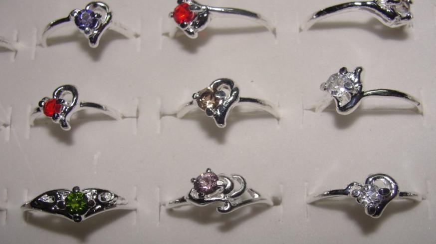 Livraison gratuite Mode Pas Cher Emballé coloré cristal bague en alliage anneau 30 pcs Mixte taille couleur Neutre R