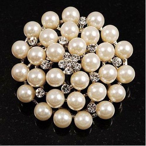 Broche de fête en cristal plaqué argent et perle ivoire / crème
