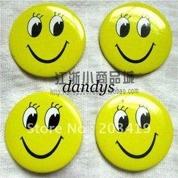 Botón divertido online-Venta al por mayor al por menor de la alta calidad de la sonrisa de la cara de la insignia del Pin medalla de botón de la cara más barato ojos abiertos sonriendo divertido