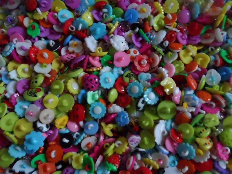 Adorável variedade de personagens de desenhos animados doces coloridos botões infantis, vendas mistas